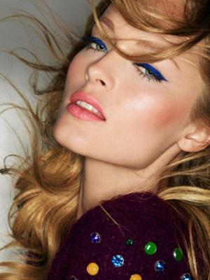 mavi eyeliner uygulaması